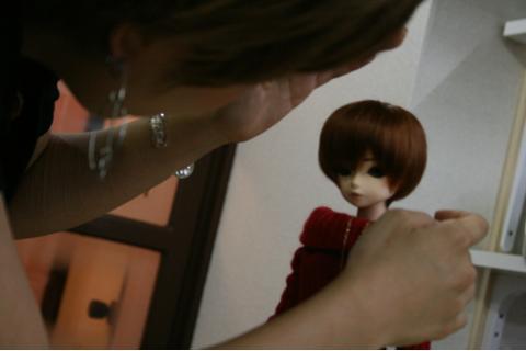 メイクを終えたドールのヘアスタイルを調整中