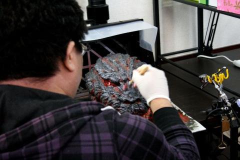 シン・ゴジラ公式ラバーマスクをリペイント中。